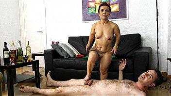 Голенькая гимнастка пердолит лысую пилотку прозрачной секс игрушкой на дивана