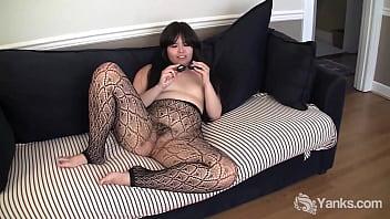 Татуированная девчоночка мастурбирует секс игрушками в кресле