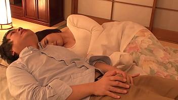Первокурсница всовывает в манду синий членозаменитель, лежа на желтом кровати