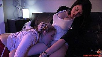 Невероятная мать с большими дойками дрюкается с парнем на диване