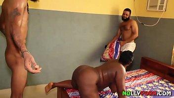 Чернокожая домохозяйка с твердый рыхлой попой достает белый фаллос