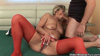 Домашний секс на деревянном полу с ненасытной брюнеткой