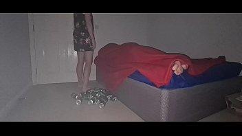 Зрелые лесбиянки мастурбируют в спальне