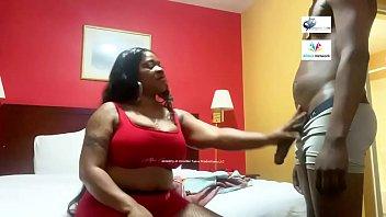 Ловелас вгоняет болт в киску дамы с тату на пояснице, пока она лобызает щель любовницы