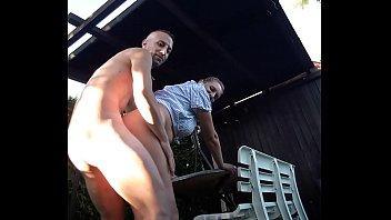 Парень трахает в задницу пышногрудую брюнетку в магазине гаджетов