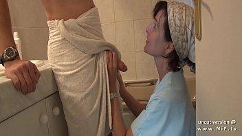 Любительница поссать мастурбирует свою мокрую вскоре после золотого дождика киску
