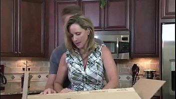Мамочка с каре лобызает пенис юного парня на кухне