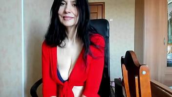 Студентка скидывает лифчик перед вебкамерой и мастурбирует манду через капронки