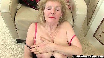 Кудрявая женщина насаживает гладкую вагину на фаллос