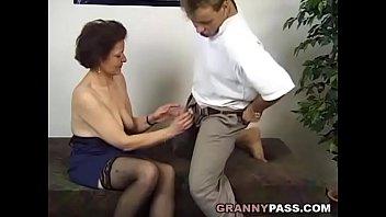 Муж всовывает подросший хуй в два отверстия женушки