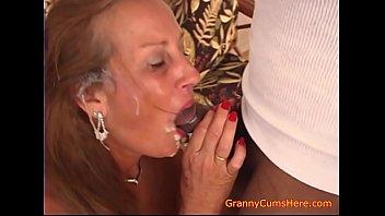Сочная блондиночка с большими сиськами без возражений даёт чпокнуть молодому человеку свою киску