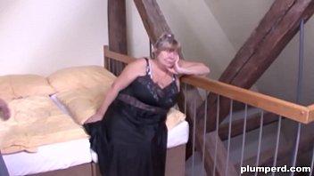 Пожилая тетка позвала в гости молодых соседей на тройничок в гостиной