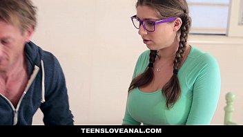 Нервная женщина принимает урок у первокурсника с помощью траха
