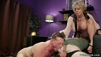 Брюнет прокатил пышногрудую блондиночку на своем мохнатом члене