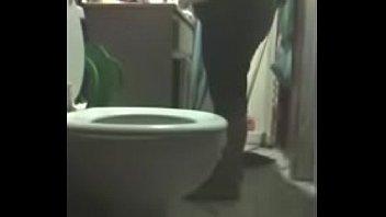 Фигуристая мисс надела белые чулки и приняла решение выпить ванную комнату
