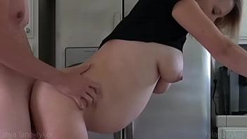 Секс с очень молодой девчонкой в позиции раком 18 лет